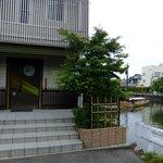 茶話処 十三夜 - ここで遊覧船は左へ曲がり,松江城へ向きを変えます.
