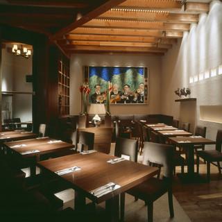 店内は照明が柔らかく、落ち着いてお食事をお楽しみ頂けます!