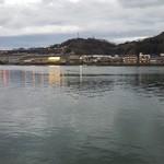 魚信旅館 - 窓を開けて尾道水道を眺める