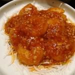 79544690 - 葱やしょうが、にんにくなど香味野菜どっさりのソースがプリプリの海老にからむ