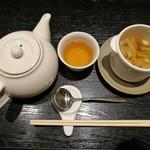 79544698 - ポットサービスのジャスミン茶と、熱々で香り良いスープからスタート