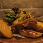 マザー アース カフェ - 真鯛のフィッシュサンドバーガー 自家製タルタルソース