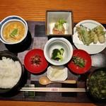 79546621 - 蓋を取ると、熱々の鶏の葛煮やご飯、青さ海苔と葱のお味噌汁など
