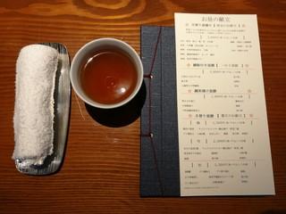 御料理 大嵓埜 - 丁寧に紹介されたお昼の献立、お茶と分厚いおしぼりからスタート