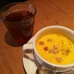 79548133 - ブイヨンの旨味が優しいかぼちゃのポタージュスープ、フレーバーが選べるアイスティー