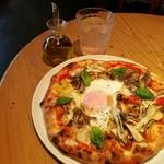 79548138 - 温泉卵を乗せたピッツァはピザカッターで自分でカットOK、唐辛子入り辛味オイルも