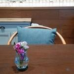 79551147 - テーブルの上の生花。