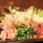炭焼酒場にしむら家 - 薩摩知覧鶏のたたき盛り合わせ(980円)