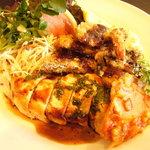 洋食マザー - チキンランチ。 鶏肉は少し淡白ですが、上に掛かってるソースが良い感じです。他にもプレート内には食材一杯。♪