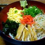 福島 やまがそば - 冷しきつね 730円 野菜盛り沢山のヘルシーな一品。夏場に涼味を加えてくれる。