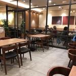 和カフェテリア Dining 24 羽田食堂 - ガラスの向こうは喫煙席
