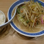 東京タンメン トナリ - タンメン(単品だと730円、餃子とセットで880円)。隣はライス並120円