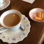 あい - カフェオレ(値段は失念…)と えびせん 今時の泡立った牛乳ではなく、昔ながらのカフェオレです。