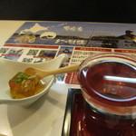 厚岸水産 かき小屋 - 初回訪問のお通しは白菜と椎茸の宗田鰹出汁ゼリー寄せ