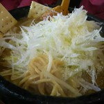 味の大王 - チーズカレーラーメン 麺をひっぱりだし