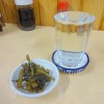 八千代食堂 - 清酒(熱燗)とサービスの野沢菜