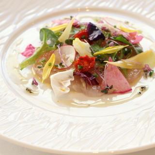 訪れる季節によって違う旬の魚介やお野菜を使用した料理の数々