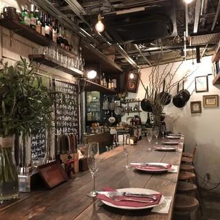 フランスの街角でふらりと入った食堂(ビストロ)のような雰囲気