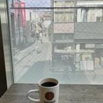 猿田彦珈琲 - お席から見える突き当たりは駅です