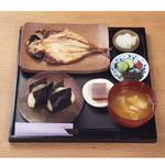 ひもの和助 - おにぎりセットは、胚芽米の塩結び2個、お味噌汁、お漬物、一口デザート