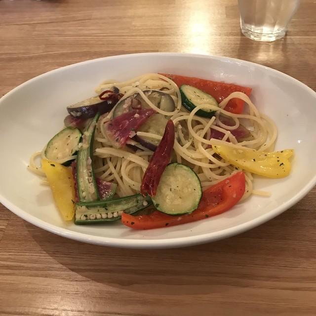 Ωcafe - 彩り野菜のペペロンチーノ。 税込900円。 美味し。