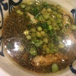 麺鮮醤油房 周月 - つけ汁には煮干しのかけらがキラキラ