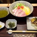 赤坂茶房 - ◆桃(1280円)・・バジルのつけそばor和つゆカレーのおそば、ミニ丼or南関いなりと鯖鮨。 バジルのつけそばと南関稲荷・鯖鮨を選んでいました。