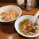 上海ブラッセリー - サービスの半チャーハンとスープ