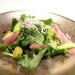 79619275 - ◆サラダ・・葉物野菜に「しらす」や「生ハム」が盛合されています。 ドレッシングは使用されずお味付はオイルだけで、しらすや生ハムの塩分でお召し上がりくださいとのこと。 お野菜も新鮮ですし、普通に美味しい。