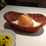 DEAR DAUGHTER - ◆バケットは温めて出されます。バルサミコ入りのオリーブオイル添え。