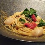 79619298 - ◆帆立とカラスミのペペロンチーノ・・カラスミは上にかける程度の量ですが、レア感が残る帆立が美味しい。 ペペロンチーノと言うには辛味に欠けますし、ドライトマトの風味が強いので通常のペペロンチーノとは味わいが異なりました。 ドライトマトを入れない方が美味しいかもしれません。