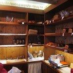 ベッカライ ビオブロート - 棚にもパンが並ぶ