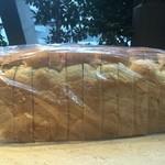 萠茶 - モーニングで使っている食パンは、厚切りで発芽玄米入りです。ヘルシーでまた香ばしい香りがします。