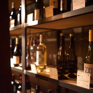 ナチュラルワインを中心とした約100種類の豊富なワイン庫