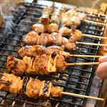 炭火串焼 いただきのとなり - 炭火で焼き上げた様々な串焼きは、ふっくらジューシー♪特製の自家製ダレはたまりません♪