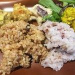 ベジ ハウス - 玄米と五穀米、もちもちしてて美味しい。