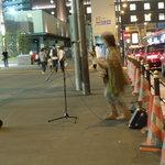Vin樹亭 - ▲JR大阪駅前では女性の路上ライブが