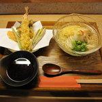 衣笠 ぜん - 冷し天ぷらうどん 冷たいかけつゆがおいしいです。