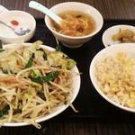 栄華楼 - 肉野菜炒め定食をチャーハンで。880円。