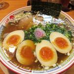 気仙沼 かもめ食堂 - お店オススメの『かもめラーメン 味玉のせ 醤油味』850円+味玉。