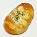 パン工場 - 料理写真:ツナ&ポテトロール(108円)