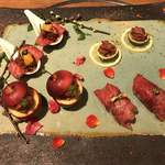79647531 - 炙り寿司とユッケの盛り合わせ