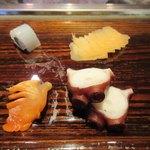 すし義 - 左上から時計回り、イカ、ガリ、タコ、赤貝