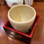 蔵元豊祝 - 「豊祝 純米酒」(270円)。この後、本醸造酒をお代わりした(ほぼ、同じビジュアルなので、割愛)。