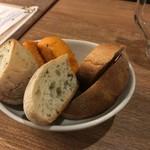 魚とワイン はなたれ onikai - お通しのパン