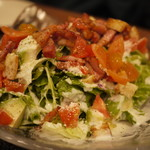 肉系居酒屋 肉十八番屋 - アボガドとベーコンのシーザーサラダ
