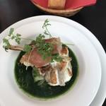 ビストロケンヂ - メインのアンコウのムニエルと春菊のスープ仕立て、バケット