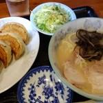 手打ラーメン・中華料理 亜壽多 - 料理写真:セット2、ラーメン3分の2サイズと、ぎょうざのセット、激うま!!