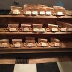 ゴーサンバラッド ベーカリー - 店内のパンの陳列は基本これのみ