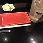 鶏そば・ラーメン Tonari - お通しとハイボール550円。700円で白州や山崎もある。
